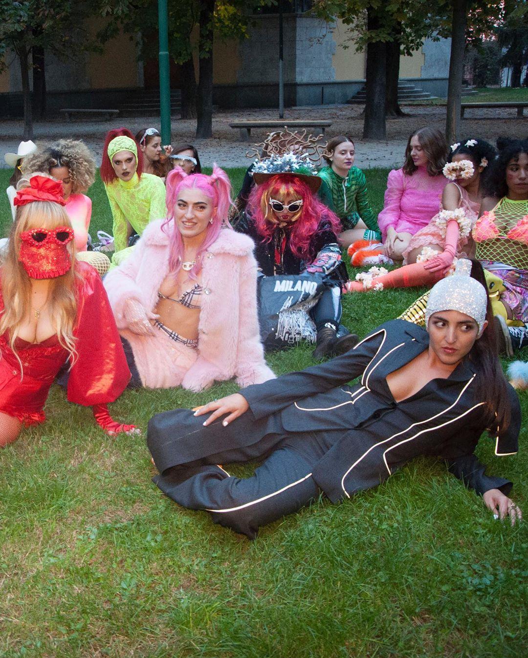 cazzurillo & le ragazze di porta venezia on the grass